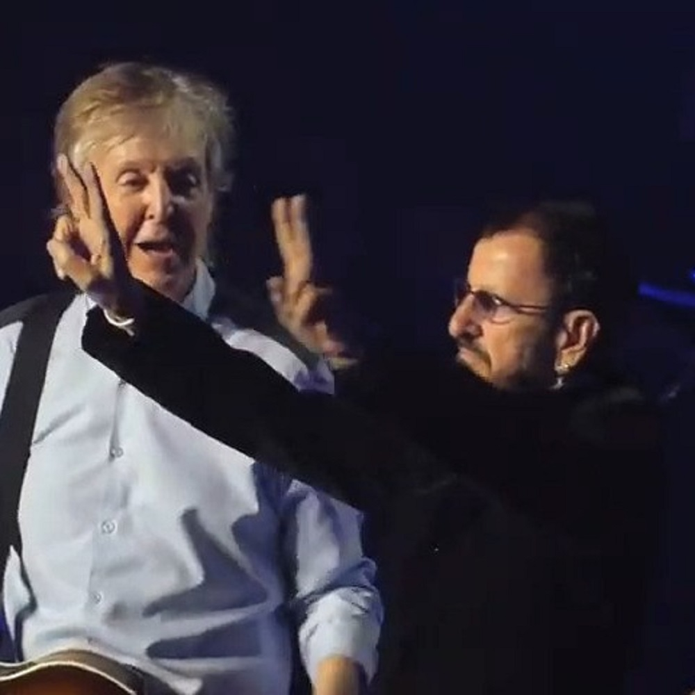 Paul McCartney sul palco insieme a Ringo Starr e Ron Wood