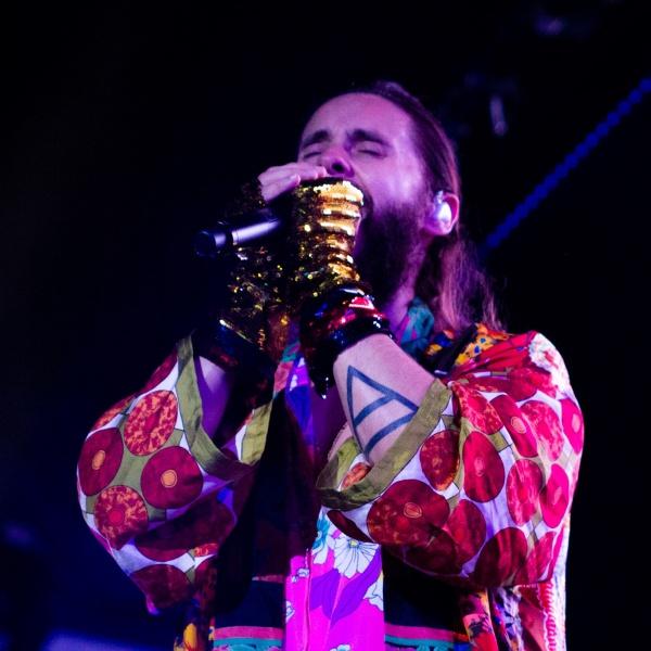 Jared Leto interrompe il concerto per riprendere la security