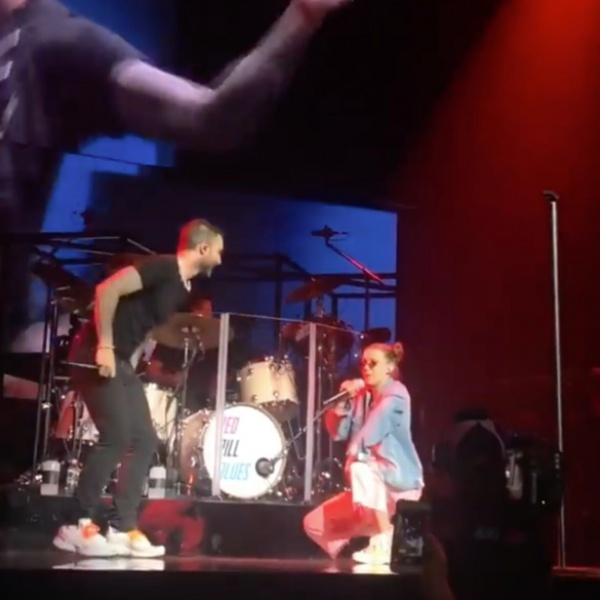 Millie Bobby Brown di Stranger Things rappa con i Maroon 5, il video